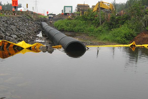 Kofferdämme und Kanalisierung des Flusses