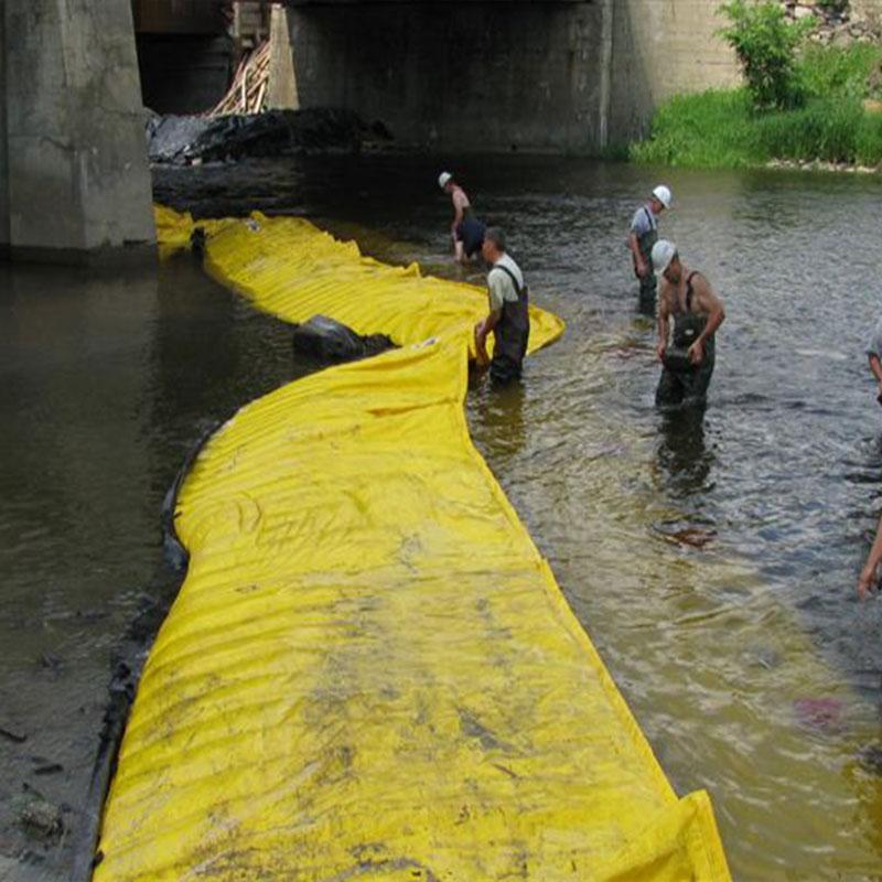 Flexible Water-Gate © -Kofferdämme. L-förmige Installation vom Ufer zur gegenüberliegenden Seite des Brückenpfeilers.