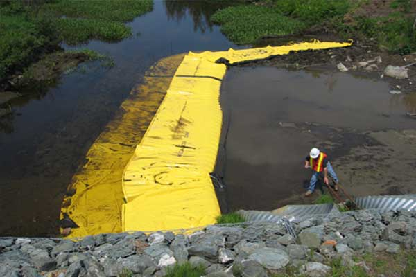 Travaux rivière. Batardeaux souples Water-Gate©. Installation en L à l'amont. Busage, dérivation d'un cours d'eau.