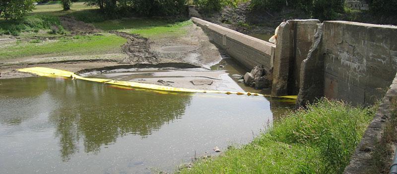 Deichsenkung. L-förmige Water-Gate © Installation von der Bank. Kanada August 2005