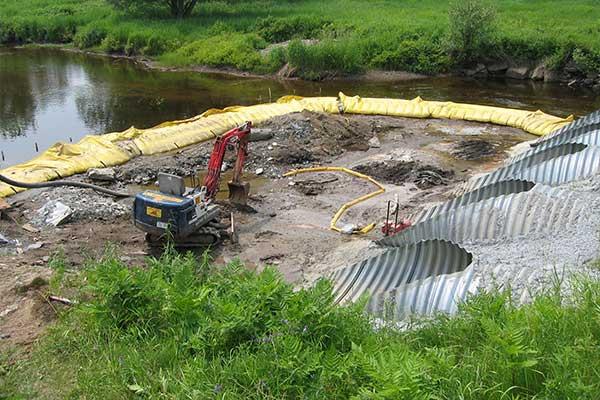 Travaux rivière. Batardeaux souples Water-Gate©. Busage, dérivation d'un cours d'eau.
