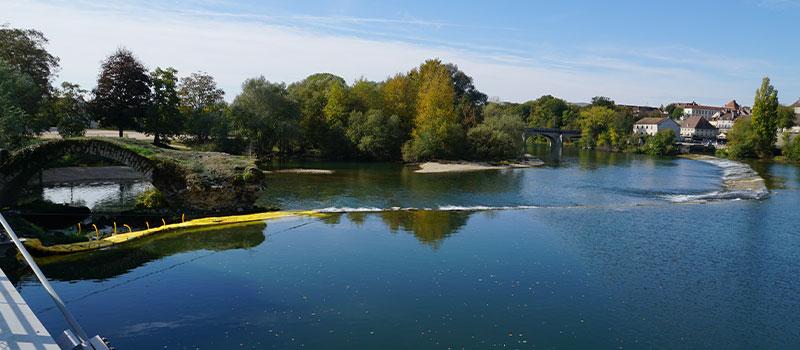 Flexible Kofferdämme Water-Gate ©, die als Erweiterung der Schwelle von Dole on the Doubs für die Reparatur eines als historisches Denkmal eingestuften Bogens installiert wurden