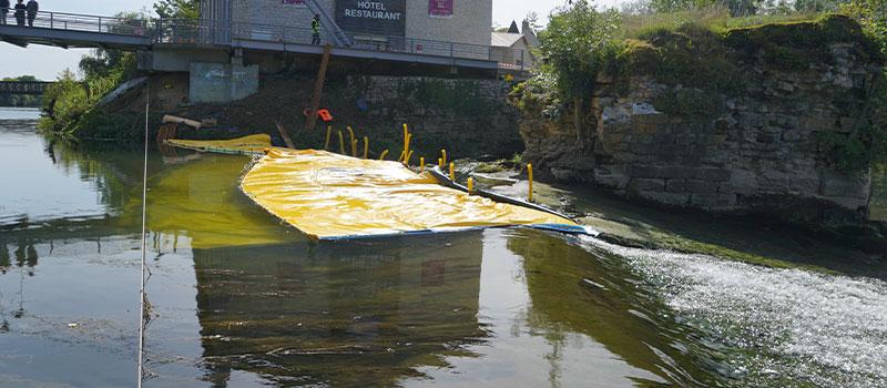 Flexible Kofferdämme Water-Gate © als Erweiterung der Schwelle von Dole on the Doubs installiert. Blick von der Schwelle.