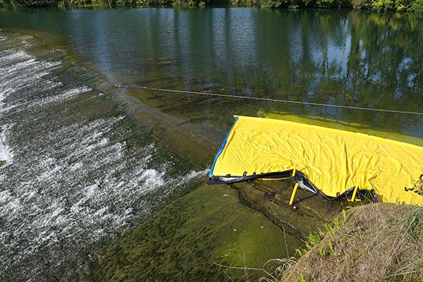 Water-Gate © WA-6050 Kofferdamm, dessen Ende auf einer flachen Schwelle mit geringer Neigung stirbt.