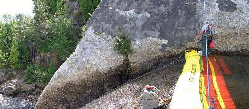 Installation auf einem freien Schwellenwehr. Wartungsarbeiten am Seil. Blick vom linken Ufer.